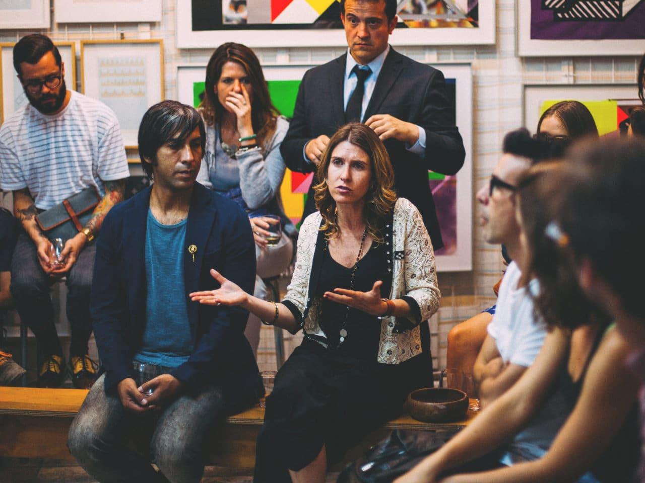 Grupo de pessoas discutindo possibilidades
